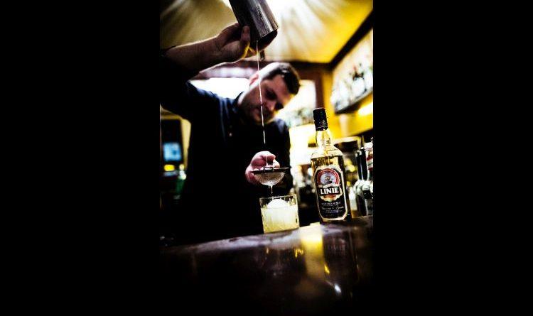Bartender der Carlos Bar kreiert köstlichen Drink nach Seemannsritual