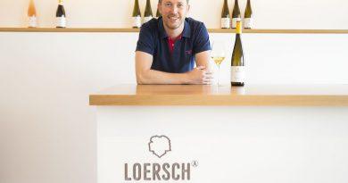 Alexander Loersch mit einer Flasche des Siegerweins in seiner Vinothek in Leiwen. Foto: Weingut Loersch